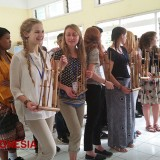 Visiting SMP YPK 1 Malang, American Students Learn to Play Angklung