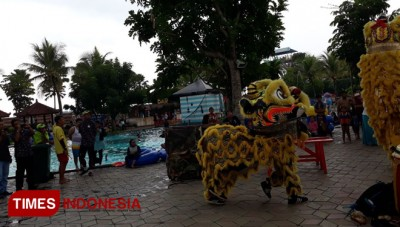 Barongsai Hibur Pengunjung Hawaii Water Park