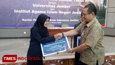 100 Students Were Granted Scholarship from Bank Indonesia