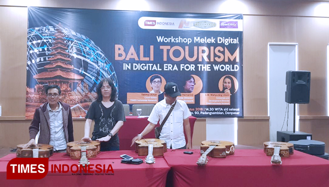 Lima gitar ukir karya I Wayan Tuges, yang akan tampil di Workshop Melek Digital Bali Tourism in digital era for the world, di Quest Hoten San Denpasar, Rabu (8/8/2018). (FOTO: TIMEs Indonesia)