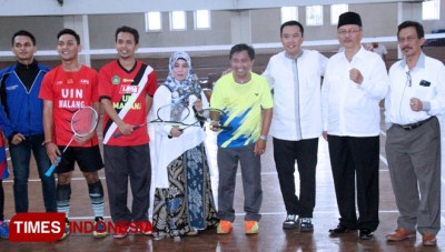 Imam Nahrawi Spends Time to Do Badminton Sparring at UIN Malang