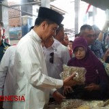 Jokowi Checks the Price of Basic Necessities in Lamongan, East Java