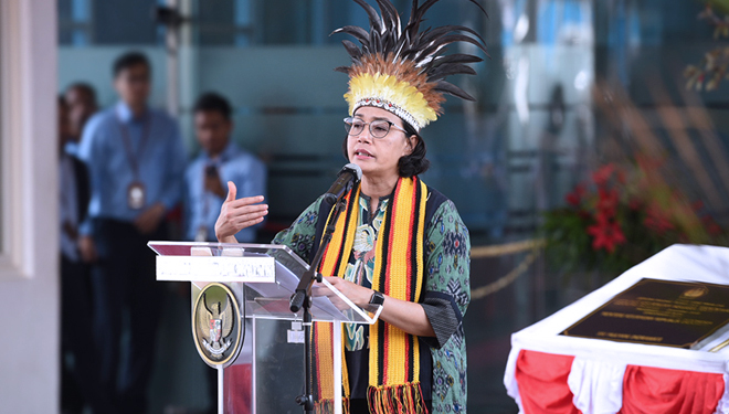Finance Minister Sri Mulyani Indrawati wore Papuan accessories while inaugurating the West Papua State Financial Building. (PHOTO: Ministry of Finance)