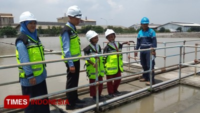 The Students of SD Muhammadiyah Wringinanom Learn the Stage of Water Purifying Process