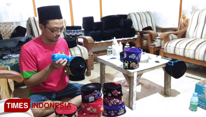 Songkok Lukis Craftsmen of Lamongan Got Huge Order During Ramadhan
