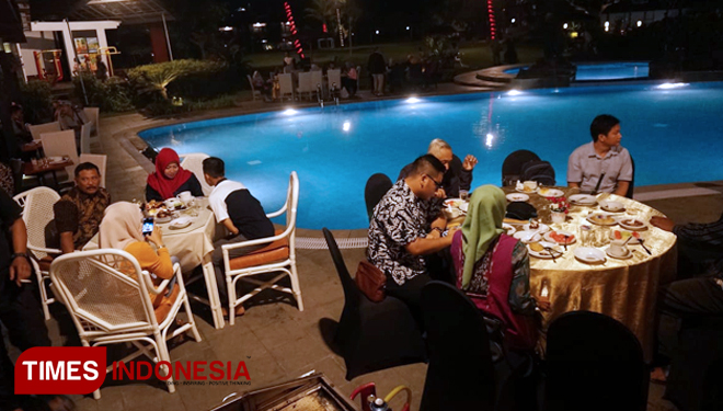Enjoy Lovely Serenades at the Poolside Restaurant El Hotel Kartika Wijaya Batu