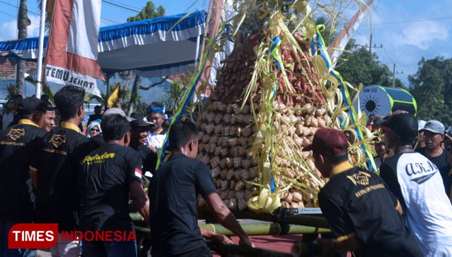 Kupatan Day, 1000 of Ketupat Presented on the Grebeg Syawal Banyuwangi
