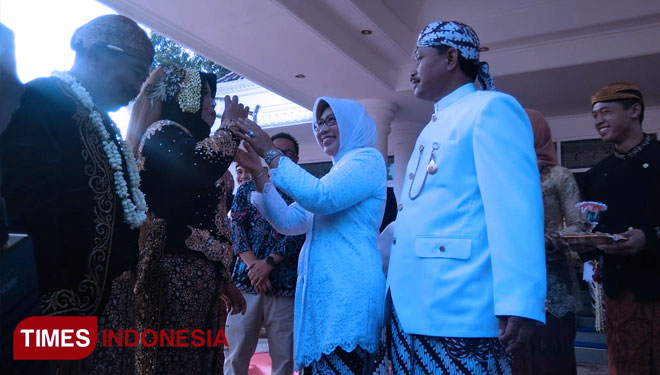 Madiun Mayor and the Lady welcoming the groom and bride. (Picture by: Ririn Widyaningrum/TIMES Indonesia)