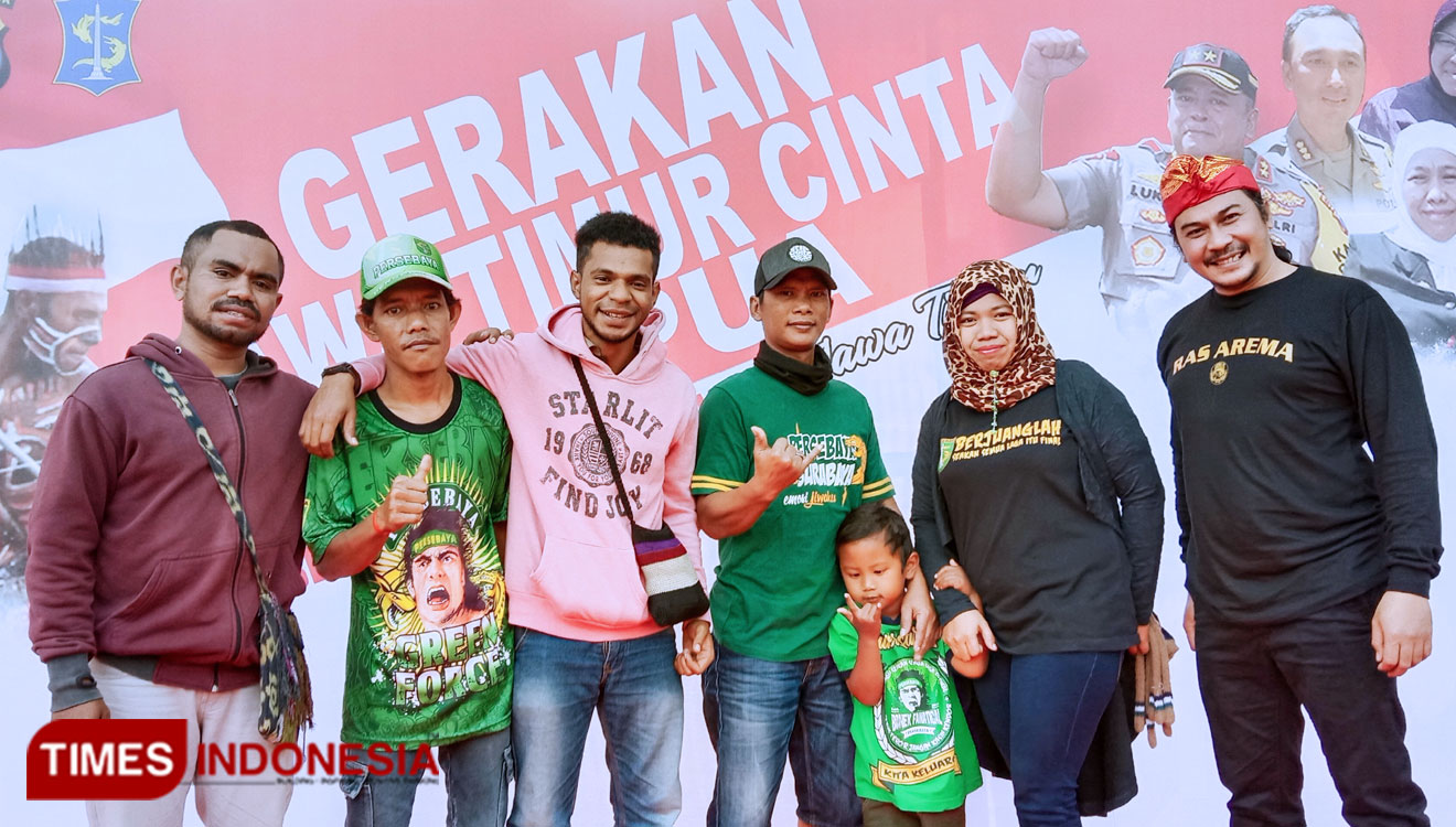 Aremania, Bonek Papua student took a picture together while they hang out in CFD Taman Bungkul Surabaya. (Picture by: Naufal Ardiansyah/TIMES Indonesia)