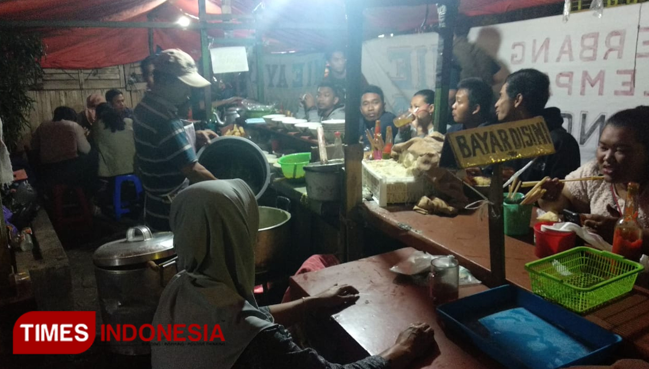 The thrown chicken noodle shop never been quiet from the customers. (Picture by: Reno Diqqi Alghozali/TIMES Indonesia)