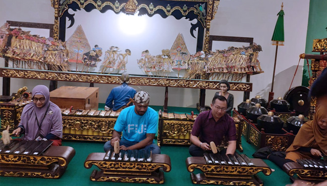 The Staff of Fiji Embassy for Indonesia Enjoy Playing Gamelan at Hawai Waterpark