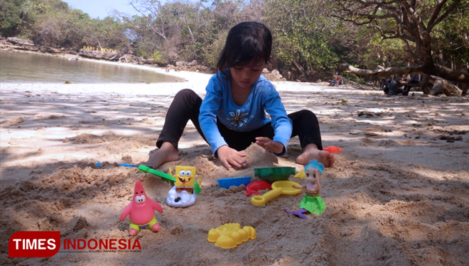 Broaden Your Kids Creativity with Playing Sand on the Beach