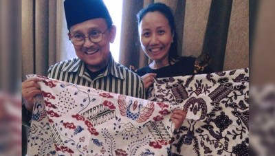 A Designer of Yogyakarta Drawing the Biography of BJ Habibie on a Piece of Batik