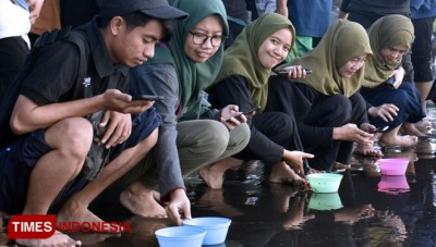 GenBi Jember Released Baby Turtles to the Sea at Cemara Beach Banyuwangi