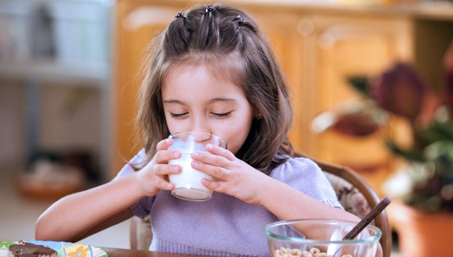 Drinking milk. (PHOTO: Thinkstock)