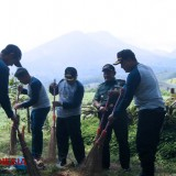Disparbud Malang Cleaned the Area of Precet Forest Park