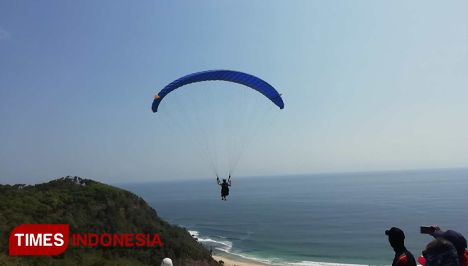 The paraglider ride the wind on the Paralayang Trip of Indonesia competition. (Picture by : Binar Gumilang / TIMES Indonesia)