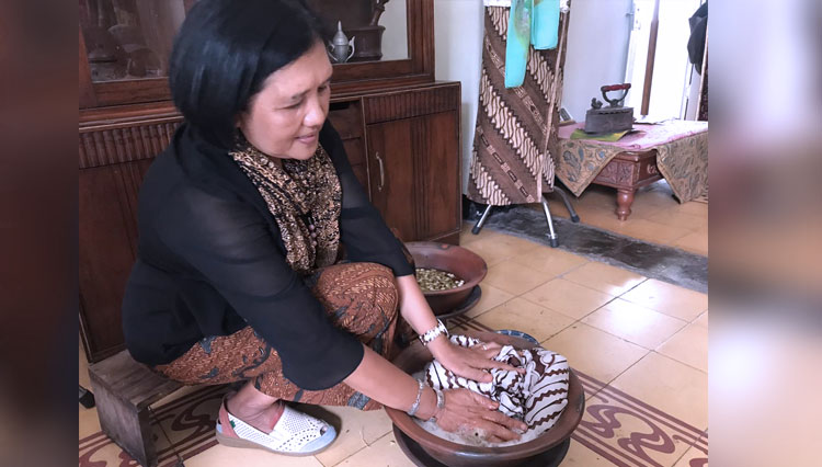 A member of Ageman Batik community show the proper of treating the Batik. (Picture by: Istimewa)