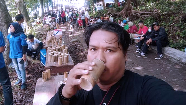 A local guy drinks the local traditional wine at the Festival Minum Tuak West Lombok. (Picture by: Istimewa)