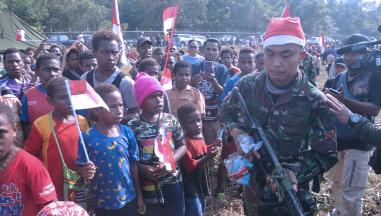 The soldiers are busy delivering the presents to the kids of Timika. (Picture by: Istimewa)