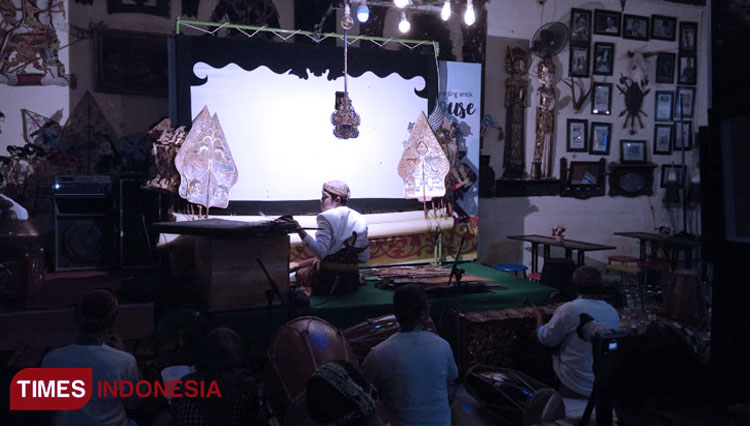 Edo, a puppeteer showed his skill at the Eathouse Cafe, Caruban. (Picture by: Yupi Apridayani/TIMES Indonesia)