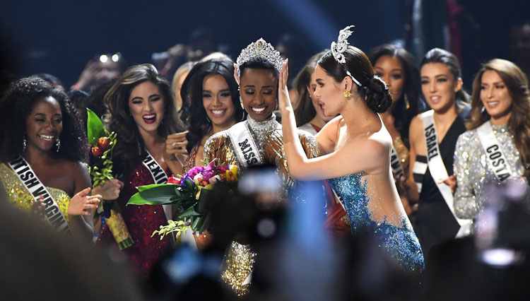 Emotional moment of Zozibini Tunzi crowned as Miss Universe 2019. (Picture by: MissUniverse)