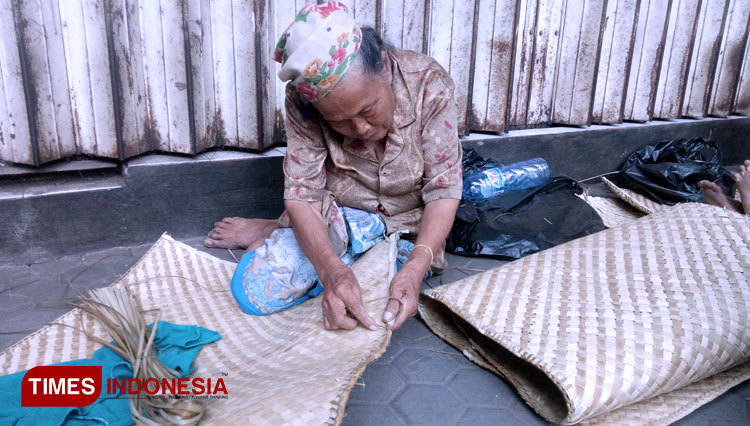 Sarinem the mat maker. (Picture by: Moh Ramli/TIMES Indonesia)