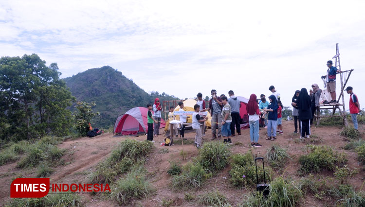 The elementary and junior high students in Pacitan are taking a study tour in Bukit Tejo coffee field in Pacitan. (PHOTO: Wahyu Deni S/TIMES Indonesia)