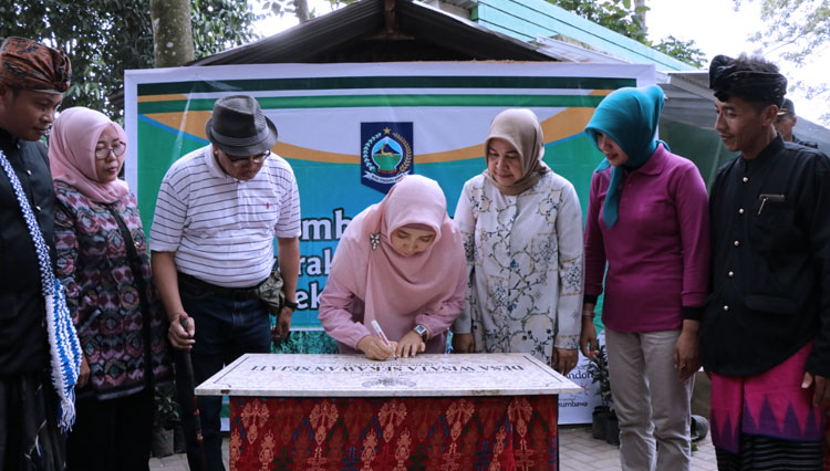 The Vice Governor of West Nusa TenggaraDr. Hj. Sitti Rohmi Djalilah signed the ceremonial bill to officially open the Sesaot Kawan Sejati Tourism Village of West Lombok. (Picture by: The PR of Pemprov NTB/TIMES Indonesia)