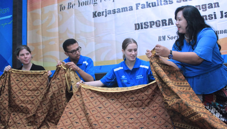 The Philosophy of Batik with Foreign Exchange Students of Australia