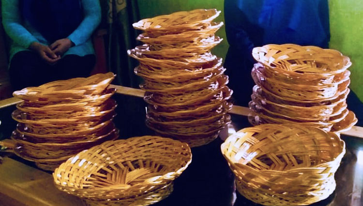 Hold It!!! Choose This Exotic Plate of Palm Leaf Sticks for Your Exotic Dining