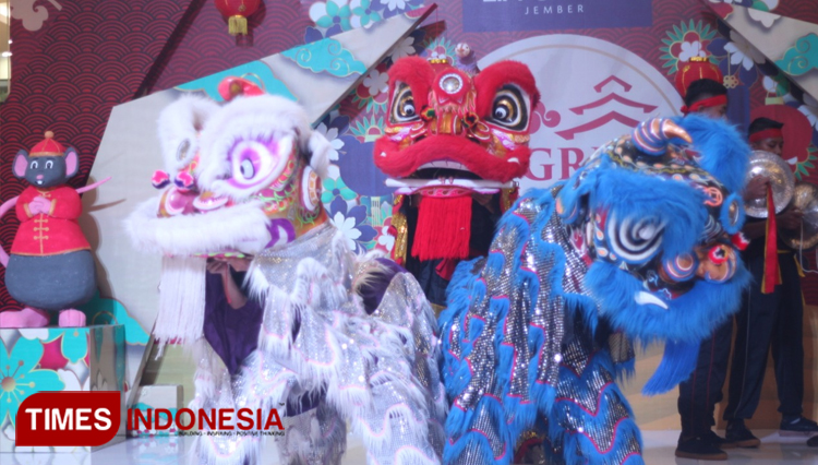 Lion and Dragon Dance Hypnotized the Visitors of Lippo Plaza Jember