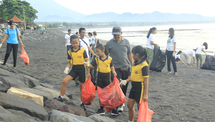 Several staff along with the local community do the beach cleaning at Cucukan Beach. (Picture by: Bali Safari and Marine Park)