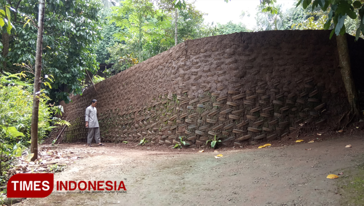 Build Yourself a Tire Wall by Amin Sutejo of Probolinggo