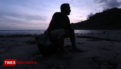 Catch the Beautiful Twilight at Kali Uluh Beach Pacitan