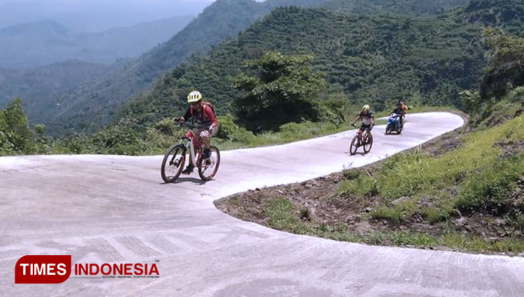Several mountain bikers trail riding in Gunung Gajah, Sambit, Ponorogo. (Picture by: Evita Mukharomah/TIMES Indonesia)