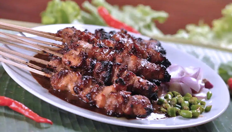 The Reasons Why Indonesian Need to Put Shallot on Their Satay