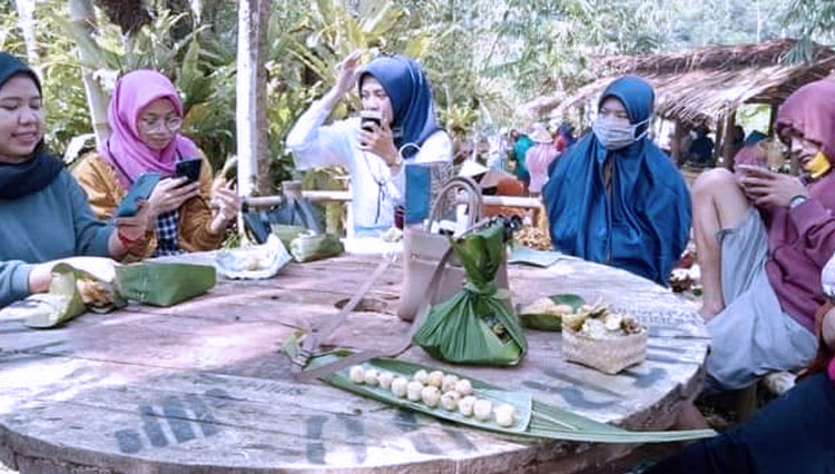 Pasar Renggang, a Conventional Market to Get True Taste of Local Delicacy