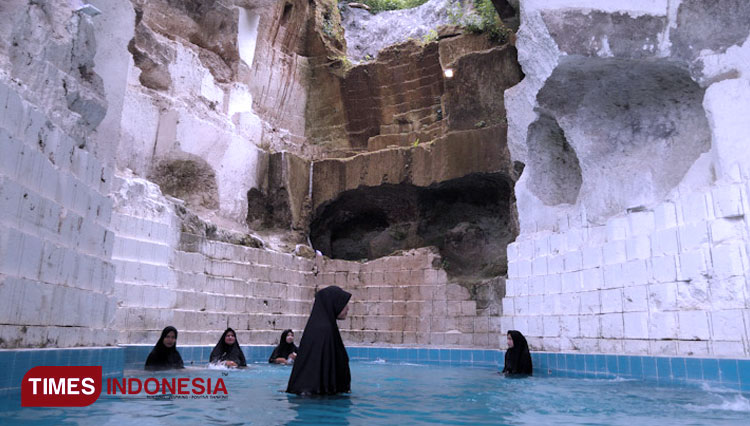 This Pool at Setigi Gresik was Meant for Those Women with Hijab