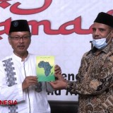 Libyan Professor Grants the Rector of UIN Malang with Precious Book