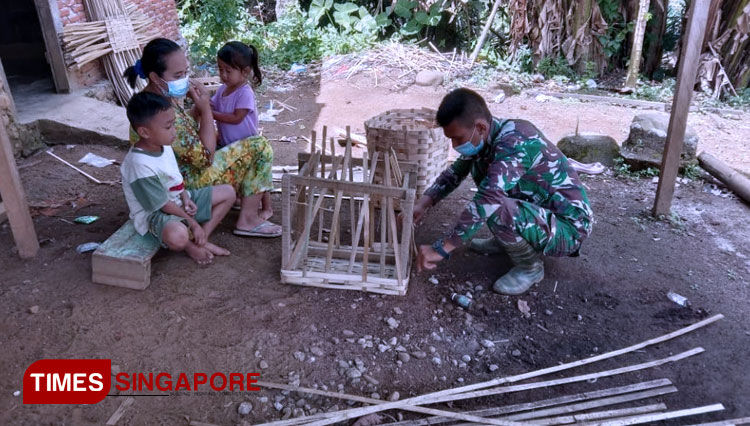 TMMD South Tapanuli Help the Local with Their Weaving